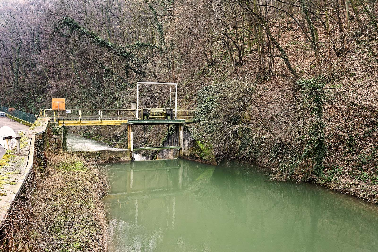Vue amont barrage depuis prise eau pompes